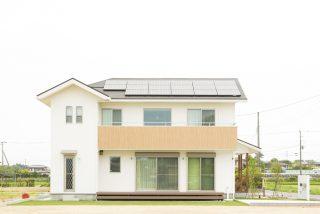 明るい白壁と木材使いのシンプルでナチュラルテイストな家