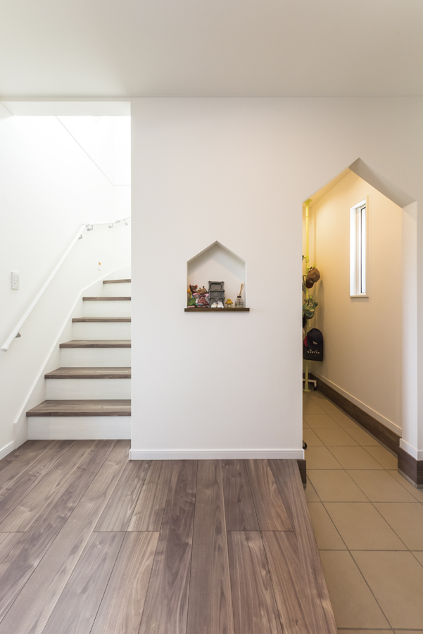 withmamaの家chou(シュウ)玄関ホールと階段画像