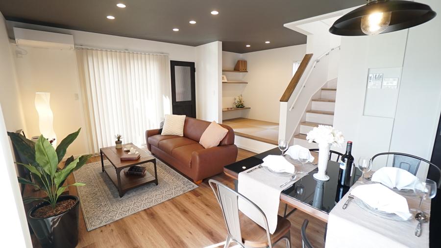 withmamaの家calma(カルマ)のリビングルームと階段画像