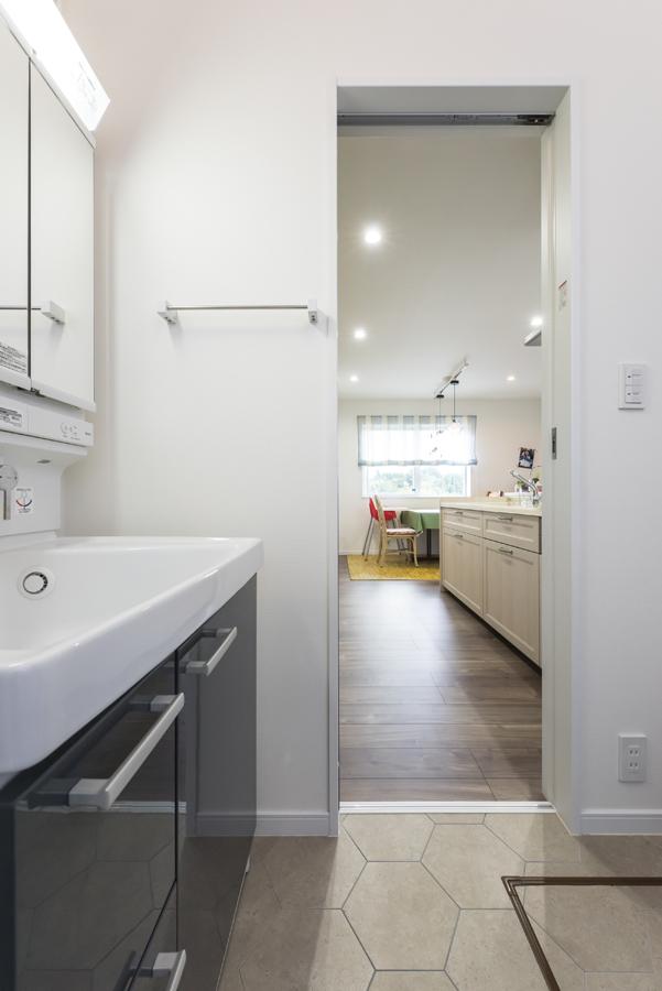 withmamaの家chou(シュウ)キッチンの洗面室との家事動線画像